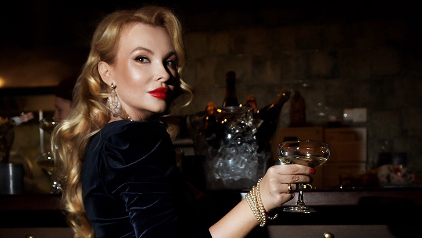Светлана Головко отметила день рождения в стиле ретро