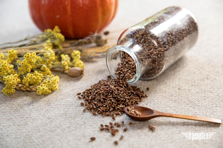 Живой хлеб из цельного зерна спельты и чернобровой пшеницы на ржаной закваске