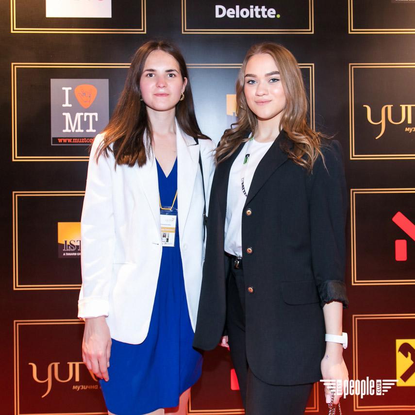 12 травня у київському Палаці «Україна» відбулася десята ювілейна церемонія Національної музичної премії YUNA. Це була довгоочікувана музична подія, яка зібрала десятки передових представників української сцени, а найкращі з артистів-номінантів YUNA 2021 цього вечора отримали свої статуетки за перемогу у 17 номінаціях.